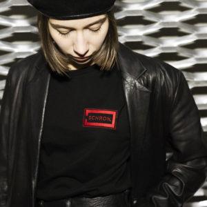 RED TEE – czarna koszulka z czerwonym logo